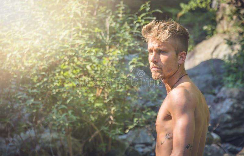 Ξανθός νεαρός άνδρας γυμνοστήθων στη φύση στοκ φωτογραφίες με δικαίωμα ελεύθερης χρήσης