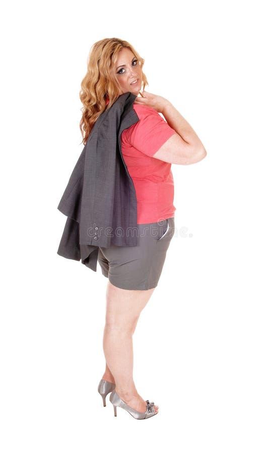 Ξανθός συν τη γυναίκα μεγέθους στα σορτς στοκ φωτογραφία
