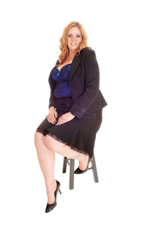 Ξανθός συν τη συνεδρίαση γυναικών μεγέθους στοκ εικόνα με δικαίωμα ελεύθερης χρήσης
