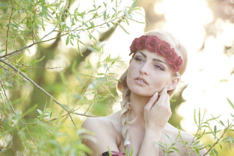 Ξανθός φορώντας μια κορώνα λουλουδιών στοκ φωτογραφία