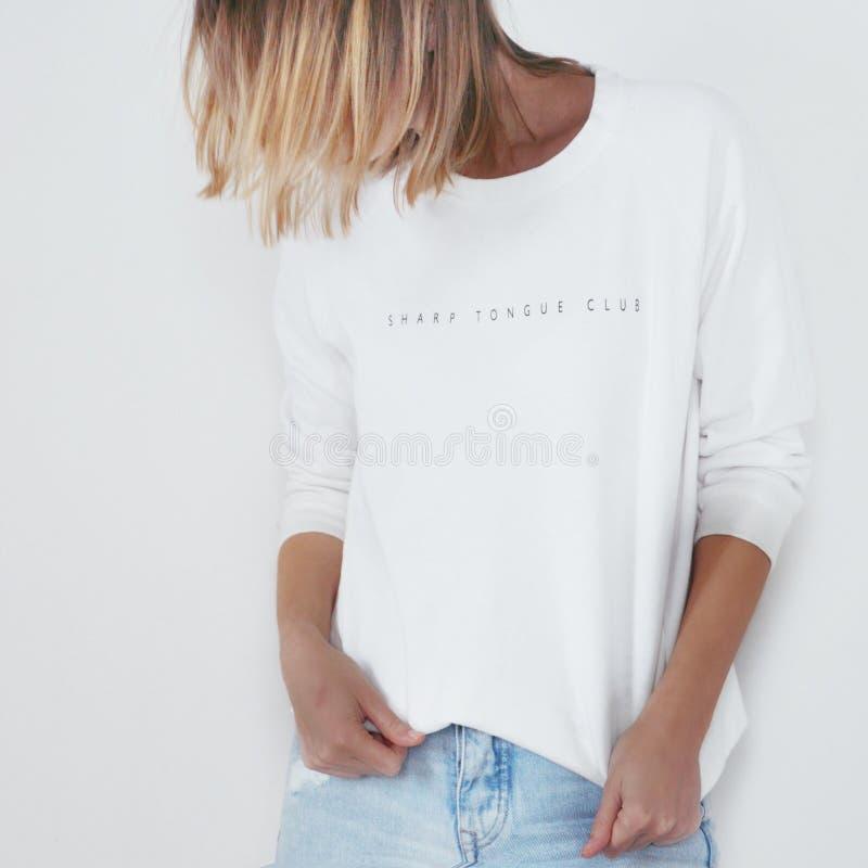 Ξανθό άσπρο τζιν κοριτσιών στοκ φωτογραφία