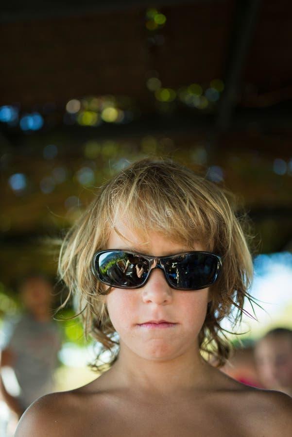 Ξανθό αγόρι με τα γυαλιά ηλίου στοκ φωτογραφία