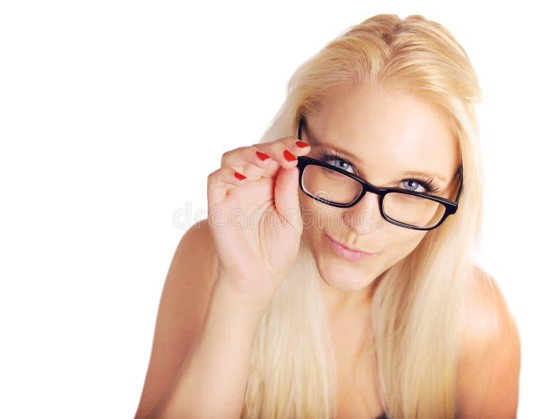 Ξανθό γυναικείο Pouting While Holding Her γυαλιών πλαίσιο στοκ φωτογραφίες με δικαίωμα ελεύθερης χρήσης