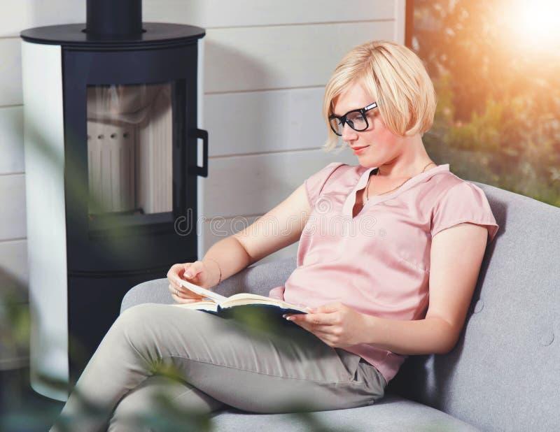 Ξανθό ελκυστικό βιβλίο ανάγνωσης γυναικών στοκ εικόνα με δικαίωμα ελεύθερης χρήσης