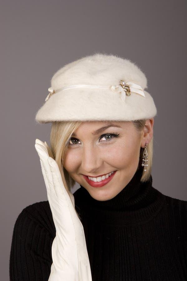 ξανθό καπέλο ένα γαντιών γο&upsi στοκ φωτογραφίες με δικαίωμα ελεύθερης χρήσης