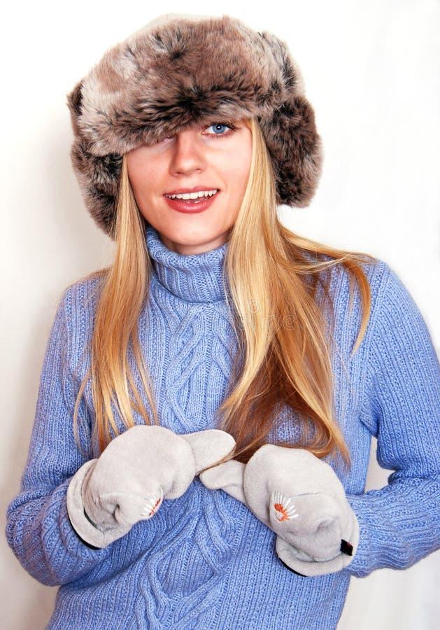 ξανθό καπέλο τα εύθυμα ρω&sigma στοκ εικόνες