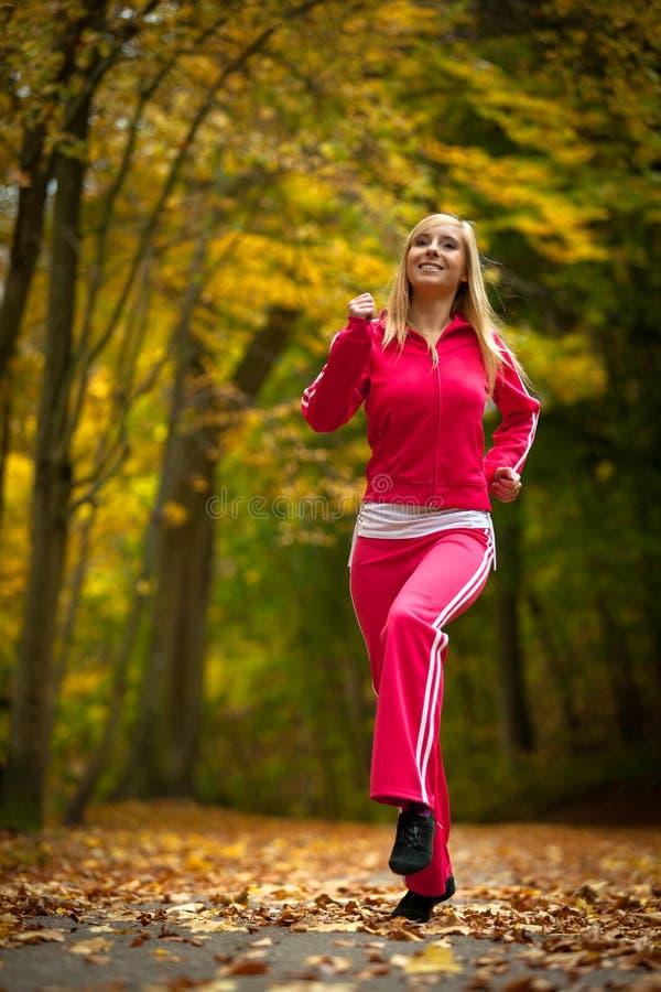 Ξανθό κορίτσι γυναικών ικανότητας κατάλληλο που κάνει την άσκηση στο φθινοπωρινό πάρκο. Αθλητισμός. στοκ εικόνα με δικαίωμα ελεύθερης χρήσης