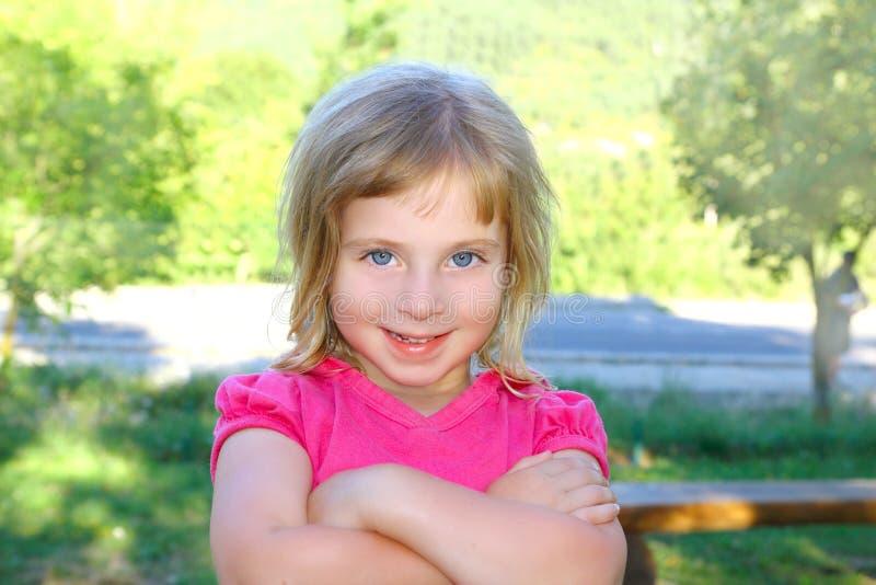 ξανθό κορίτσι ευτυχές λίγ&o στοκ εικόνες