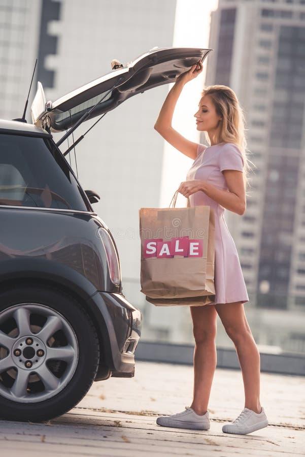 Ξανθό κορίτσι κοντά στο αυτοκίνητο στοκ φωτογραφίες με δικαίωμα ελεύθερης χρήσης