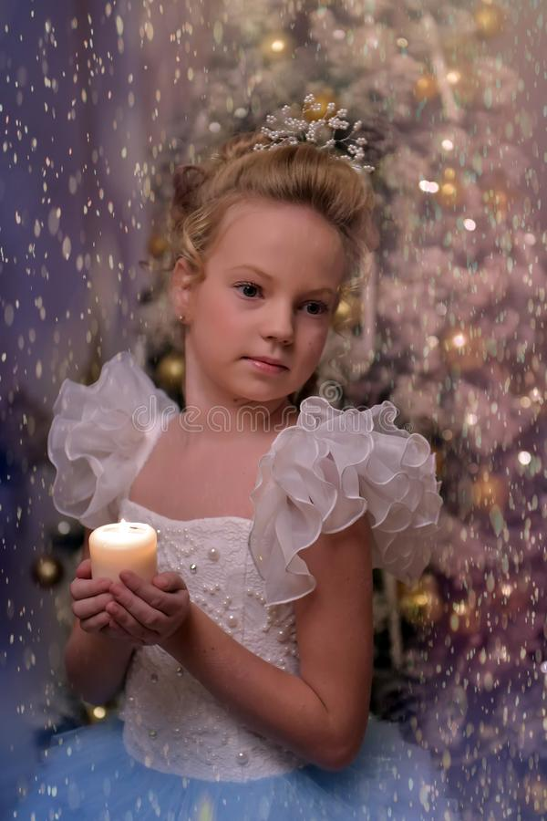 Ξανθό κορίτσι με ένα όμορφο hairdo σε ένα έξυπνο φόρεμα στοκ εικόνες