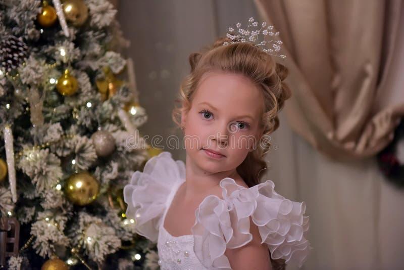 Ξανθό κορίτσι με ένα όμορφο hairdo σε ένα έξυπνο φόρεμα στοκ εικόνα
