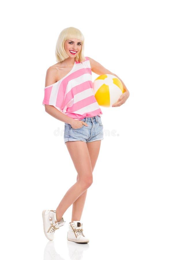 Ξανθό κορίτσι με μια σφαίρα παραλιών στοκ φωτογραφία