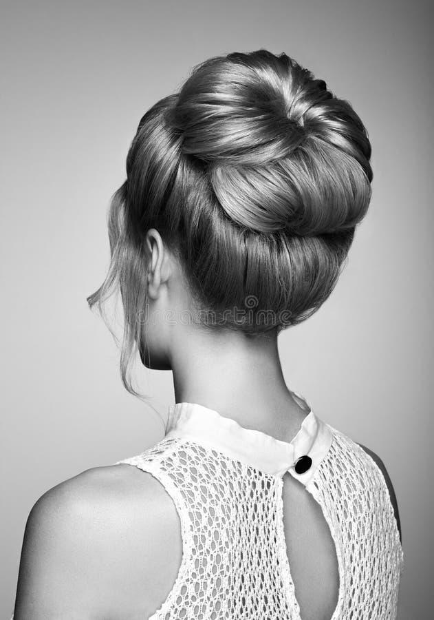 Ξανθό κορίτσι με το κομψό και λαμπρό hairstyle στοκ φωτογραφία