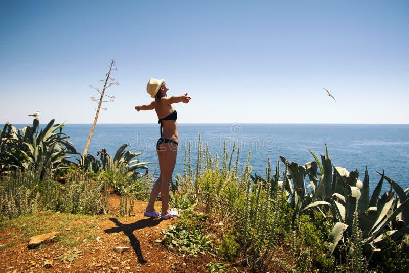 Ξανθό κορίτσι με το προκλητικά μπικίνι, το καπέλο και τα γυαλιά ηλίου στοκ φωτογραφίες με δικαίωμα ελεύθερης χρήσης