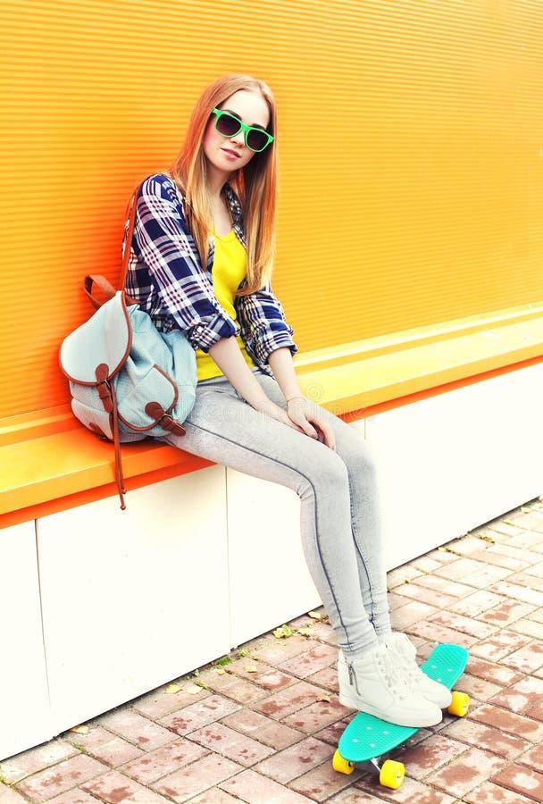 Ξανθό κορίτσι μόδας αρκετά με skateboard στοκ εικόνες με δικαίωμα ελεύθερης χρήσης