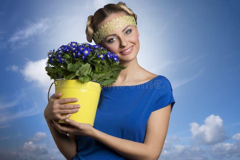 ξανθό κορίτσι λουλουδι στοκ φωτογραφίες με δικαίωμα ελεύθερης χρήσης