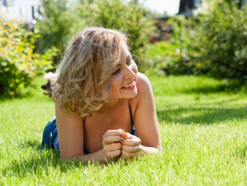 Ξανθό κορίτσι στο πράσινο πεδίο στοκ φωτογραφίες