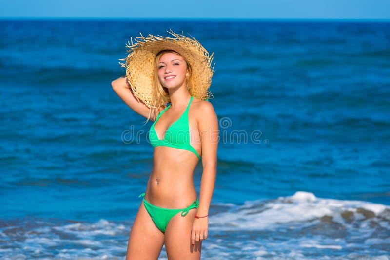 Ξανθό κορίτσι τουριστών σε μια τροπική θερινή παραλία στοκ εικόνα με δικαίωμα ελεύθερης χρήσης