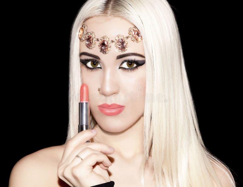 Ξανθό κοριτσιών makeup ροδάκινων καθαρό δέρμα ομορφιάς κραγιόν μακρυμάλλες επάνω στοκ φωτογραφία