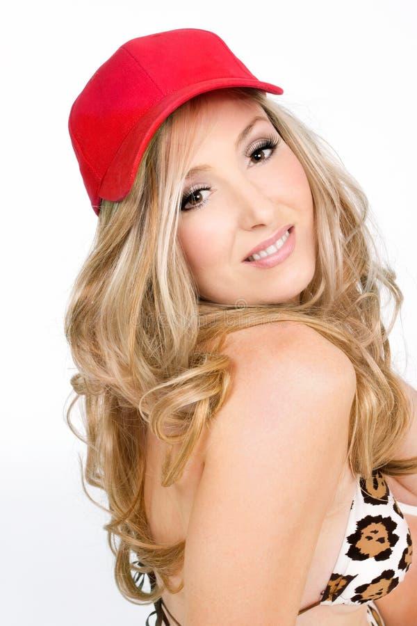 Ξανθό κόκκινο καπέλο γυναικών στοκ φωτογραφίες