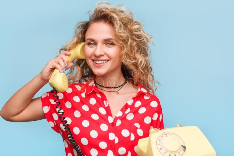 Ξανθό μικροτηλέφωνο εκμετάλλευσης γυναικών χαμόγελου στοκ φωτογραφία με δικαίωμα ελεύθερης χρήσης
