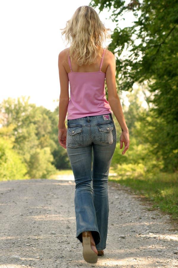 ξανθό οδικό λεπτό περπάτημα &a στοκ φωτογραφίες
