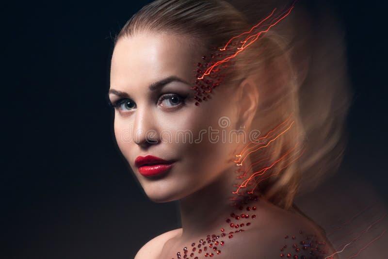 Ξανθό πρότυπο πορτρέτο μόδας με δημιουργικό Makeup στοκ εικόνα