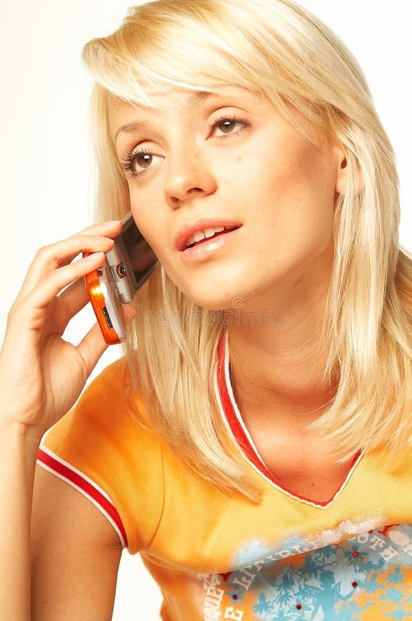 ξανθό τηλέφωνο κοριτσιών κυττάρων στοκ εικόνες με δικαίωμα ελεύθερης χρήσης