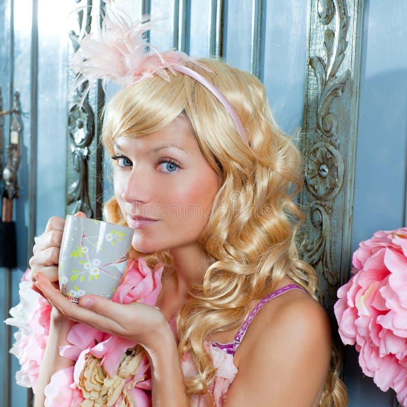 Ξανθό τσάι κατανάλωσης γυναικών πριγκηπισσών μόδας στοκ φωτογραφία με δικαίωμα ελεύθερης χρήσης