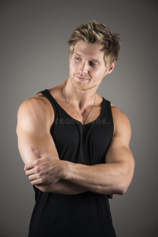 Ξανθό όμορφο άτομο στο μαύρο πουκάμισο στοκ εικόνες