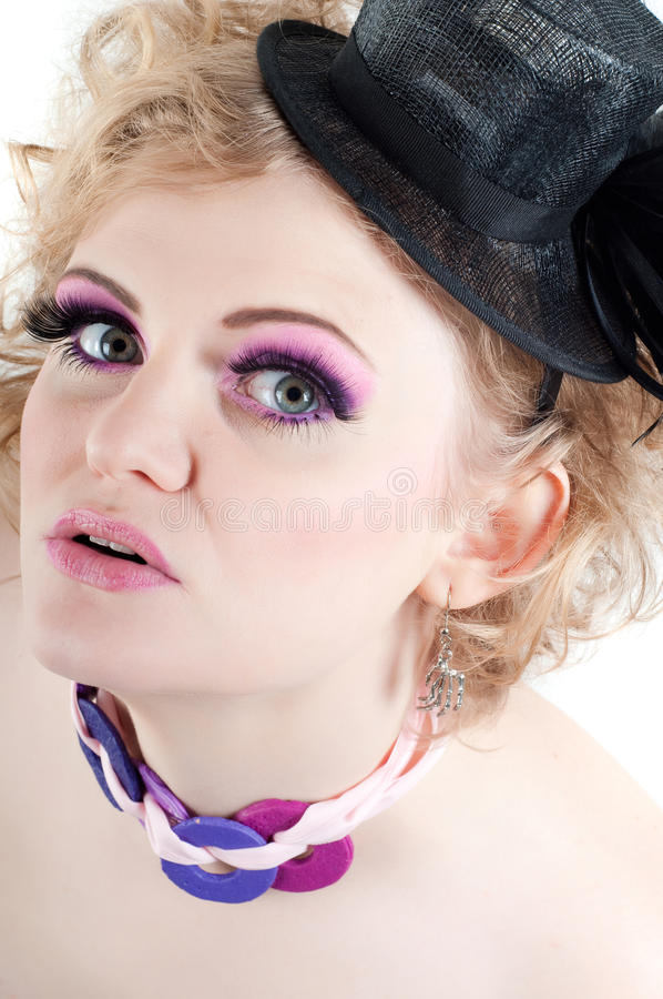 Ξανθό όμορφο θηλυκό με τη φανταχτερή σύνθεση και το καπέλο στοκ εικόνες