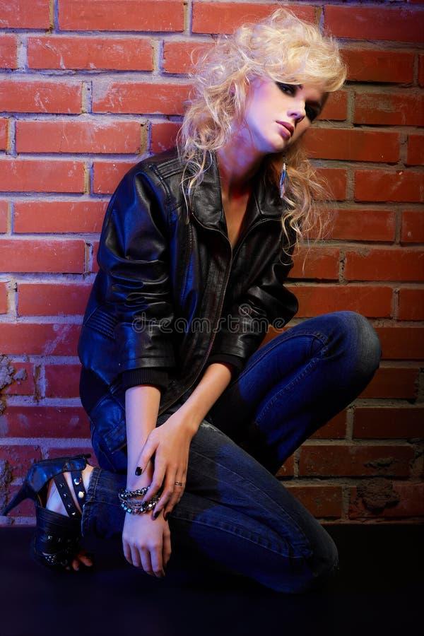 Download ξανθό Rocker κοριτσιών Glam Στοκ Εικόνες - εικόνα από τζιν, δέρμα: 17055052