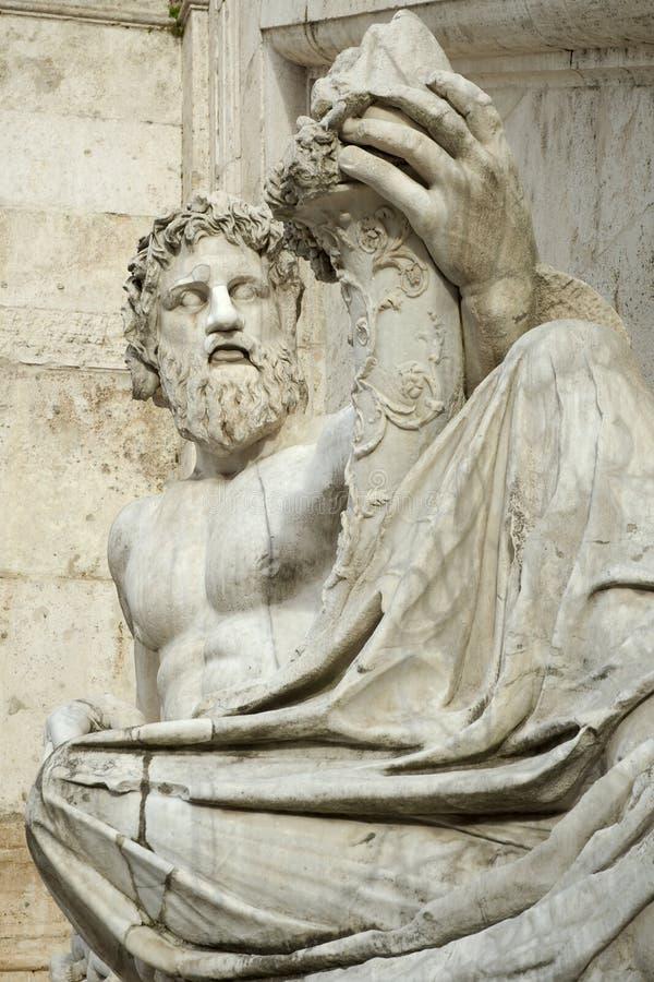 ξαπλώνοντας άγαλμα στοκ εικόνα