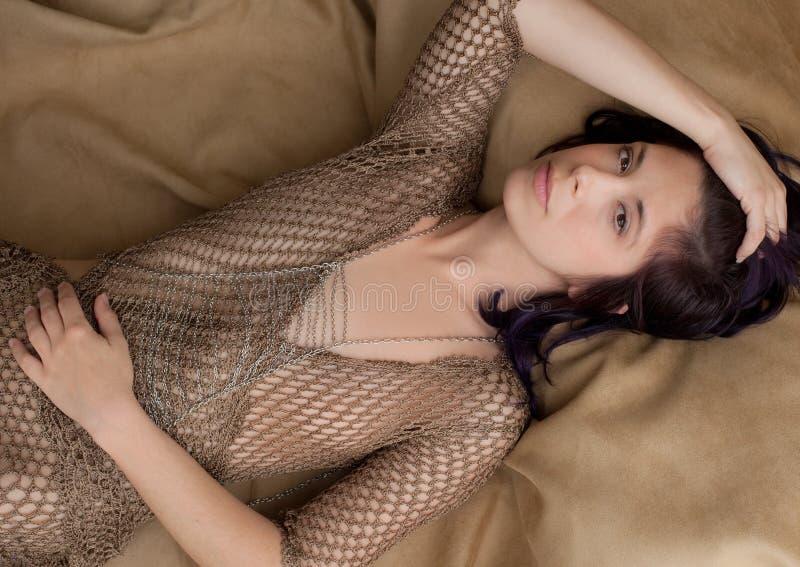 Ξαπλώνοντας γυναίκα στην πιασμένη κορυφή στοκ εικόνες με δικαίωμα ελεύθερης χρήσης