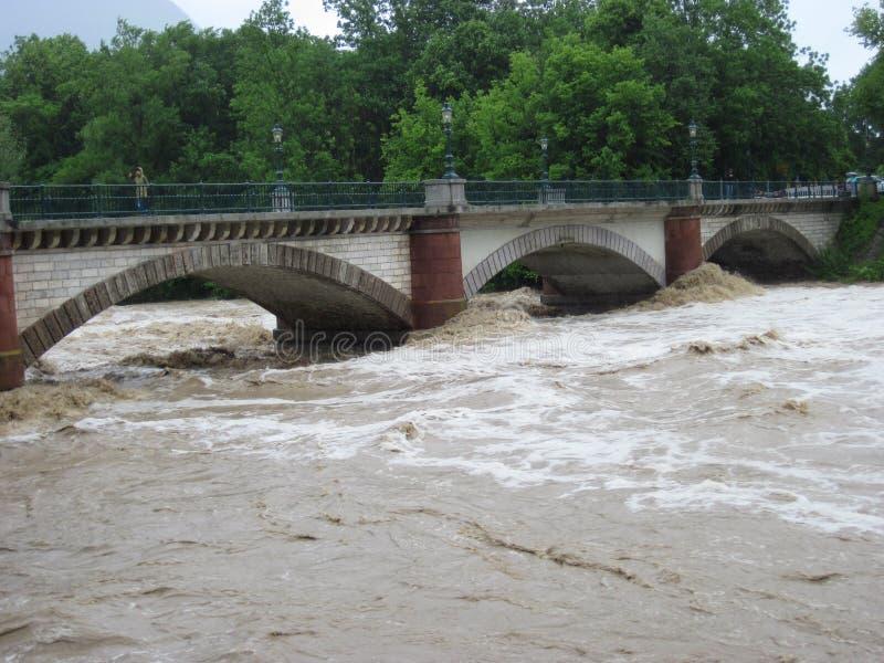 Ξαφνική πλημμύρα. Φυσική καταστροφή. Γέφυρα στοκ εικόνα με δικαίωμα ελεύθερης χρήσης