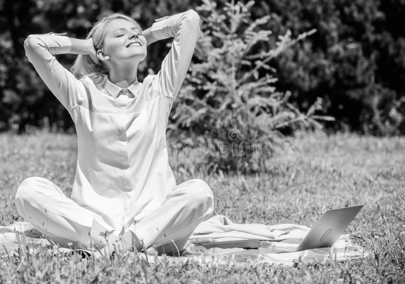 Ξεκαθαρίστε τις σκέψεις σας Κορίτσι meditate στο πράσινο υπόβαθρο φύσης λιβαδιών χλόης κουβερτών Βρείτε το λεπτό για να χαλαρώσετ στοκ φωτογραφίες