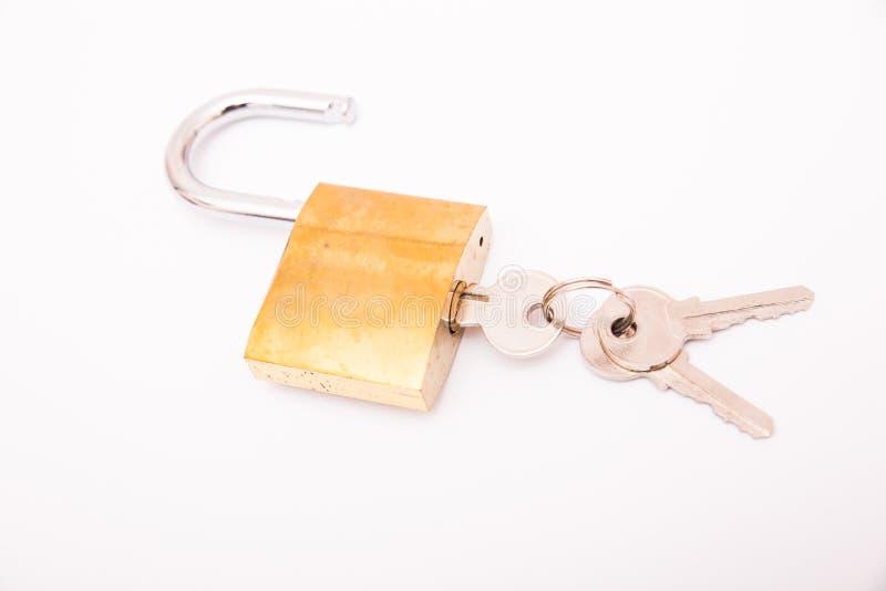 Ξεκλειδωμένα χρυσά λουκέτο και κλειδί που απομονώνονται στο άσπρο υπόβαθρο, στοκ φωτογραφίες με δικαίωμα ελεύθερης χρήσης