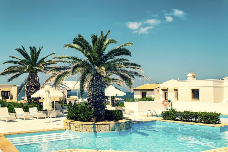 Ξενοδοχεία πολυτελείας με το κρύσταλλο - σαφής λίμνη Νησί της Κρήτης, Χερσόνησος, Ελλάδα στοκ φωτογραφίες με δικαίωμα ελεύθερης χρήσης