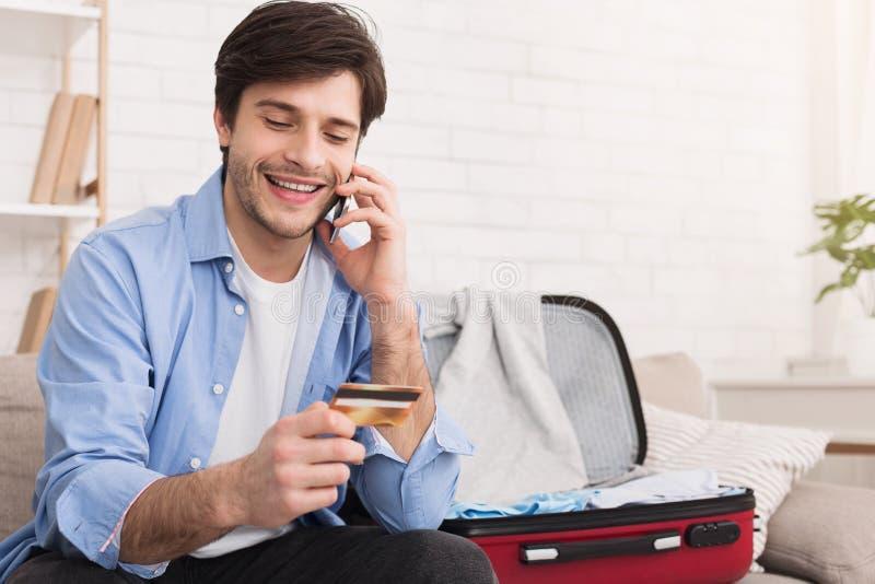 Ξενοδοχείο κράτησης ατόμων τηλεφωνικώς που προετοιμάζεται για τις διακοπές στοκ φωτογραφίες με δικαίωμα ελεύθερης χρήσης