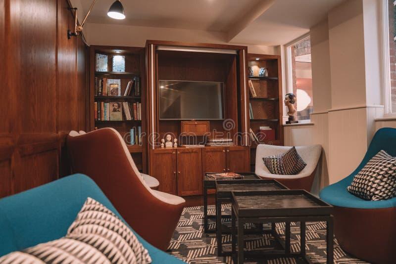 Ξενοδοχείο λουλακιού 10 Δεκεμβρίου 2017 Λονδίνο UK Σύγχρονο δωμάτιο ξενοδοχείου δ στοκ εικόνα με δικαίωμα ελεύθερης χρήσης