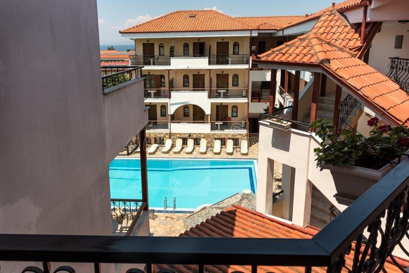 Ξενοδοχείο μεσογειακού θέρετρου με πισίνα στοκ φωτογραφία