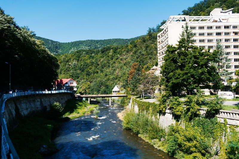 Ξενοδοχείο Abandoneted σε μια όμορφη περιοχή βουνών Βουνά που καλύπτονται από το δάσος και ένα ρεύμα ποταμών κοντά στο ξενοδοχείο στοκ εικόνες