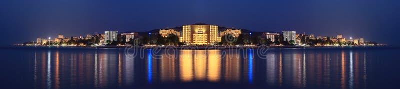 Ξενοδοχεία θάλασσας πανοράματος τοπίων νύχτας στοκ εικόνα με δικαίωμα ελεύθερης χρήσης