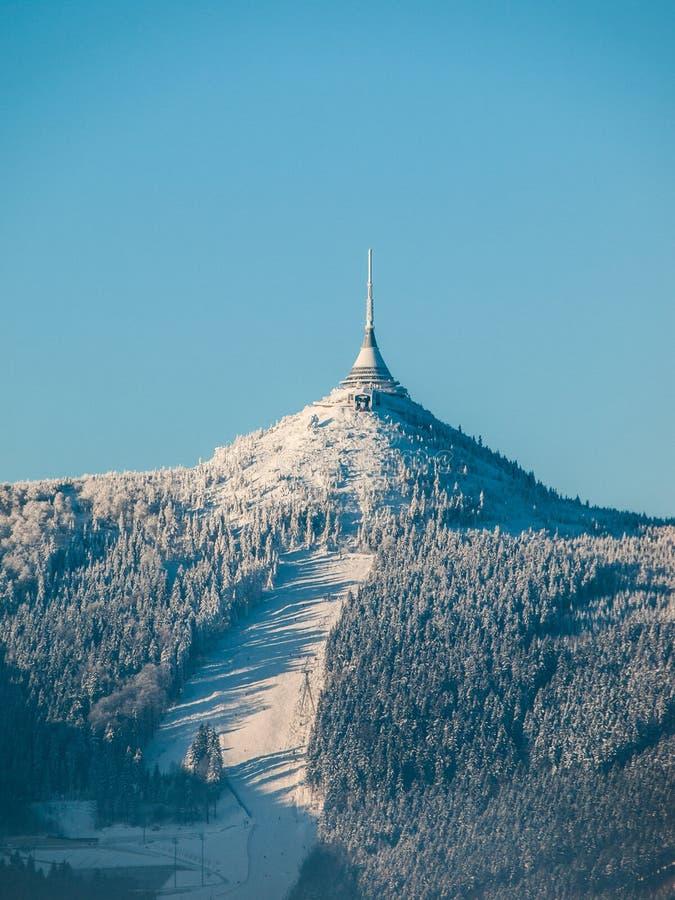 Ξενοδοχείο και συσκευή αποστολής σημάτων Jested με την κλίση σκι στοκ φωτογραφία