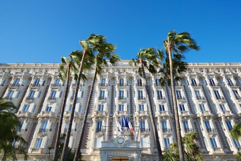 Ξενοδοχείο πολυτελείας ο διηπειρωτικός Carlton με τους φοίνικες στις Κάννες στοκ εικόνες