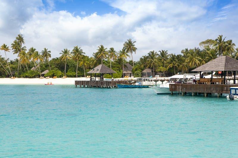 Ξενοδοχείο πολυτελείας στην τροπική παραλία στοκ φωτογραφία με δικαίωμα ελεύθερης χρήσης