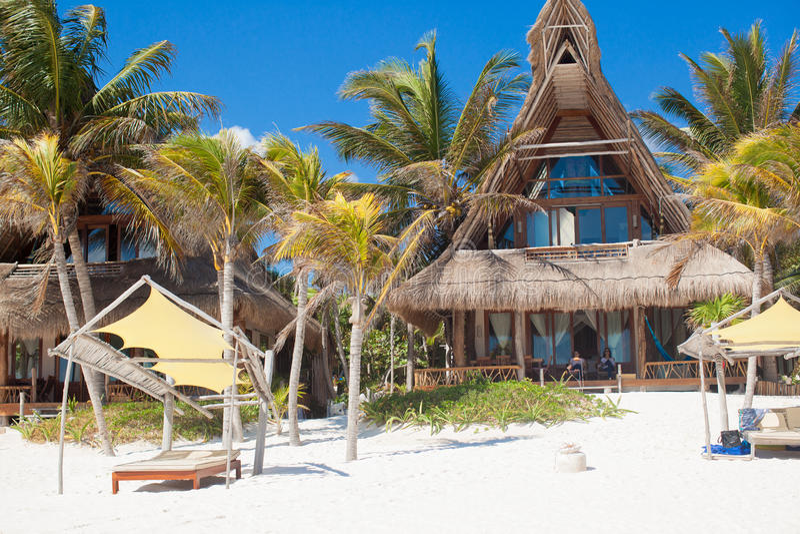 Ξενοδοχείο πολυτελείας στο τροπικό θέρετρο στην ωκεάνια ακτή στοκ φωτογραφία με δικαίωμα ελεύθερης χρήσης
