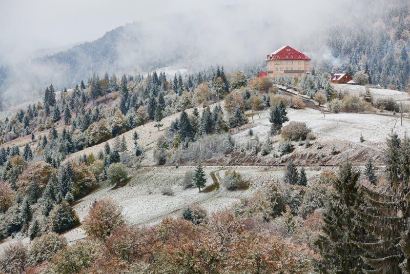 Ξενοδοχείο στα βουνά Χιόνι και ομίχλη Χειμερινός ερχομός στοκ εικόνα με δικαίωμα ελεύθερης χρήσης