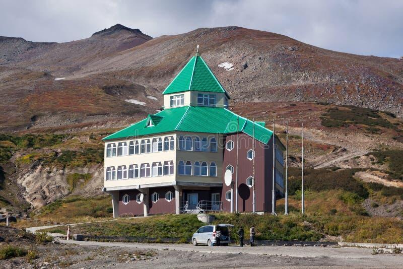 Ξενοδοχείο στο έδαφος του γεωθερμικού σταθμού παραγωγής ηλεκτρικού ρεύματος Mutnovskaya kamchatka στοκ εικόνα