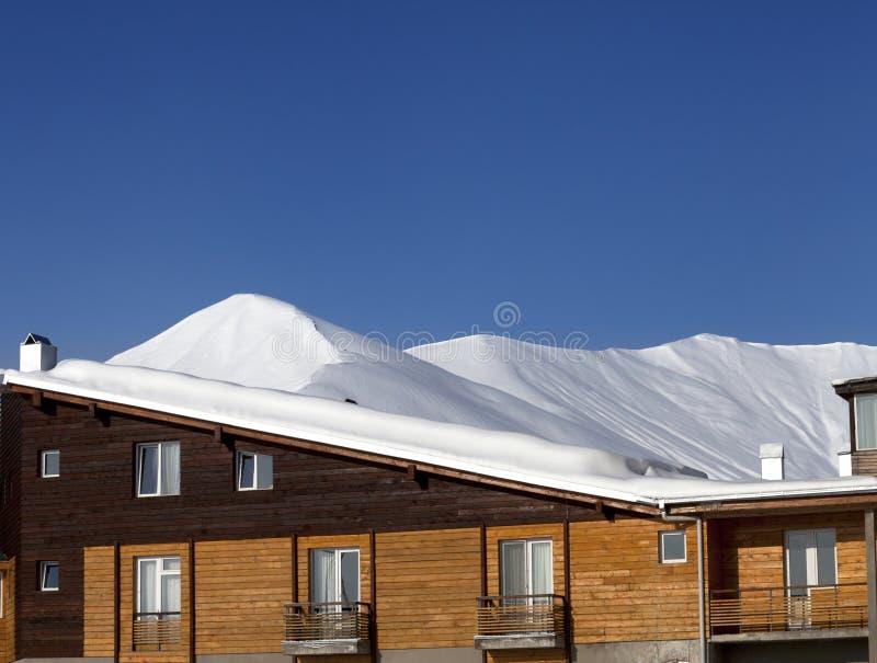 Ξενοδοχείο στο χιόνι στα χειμερινά βουνά στοκ εικόνες με δικαίωμα ελεύθερης χρήσης